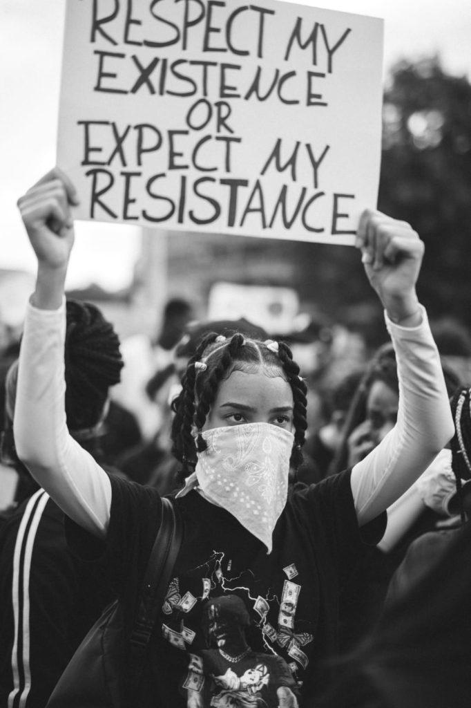 Protestierende mit Plakat