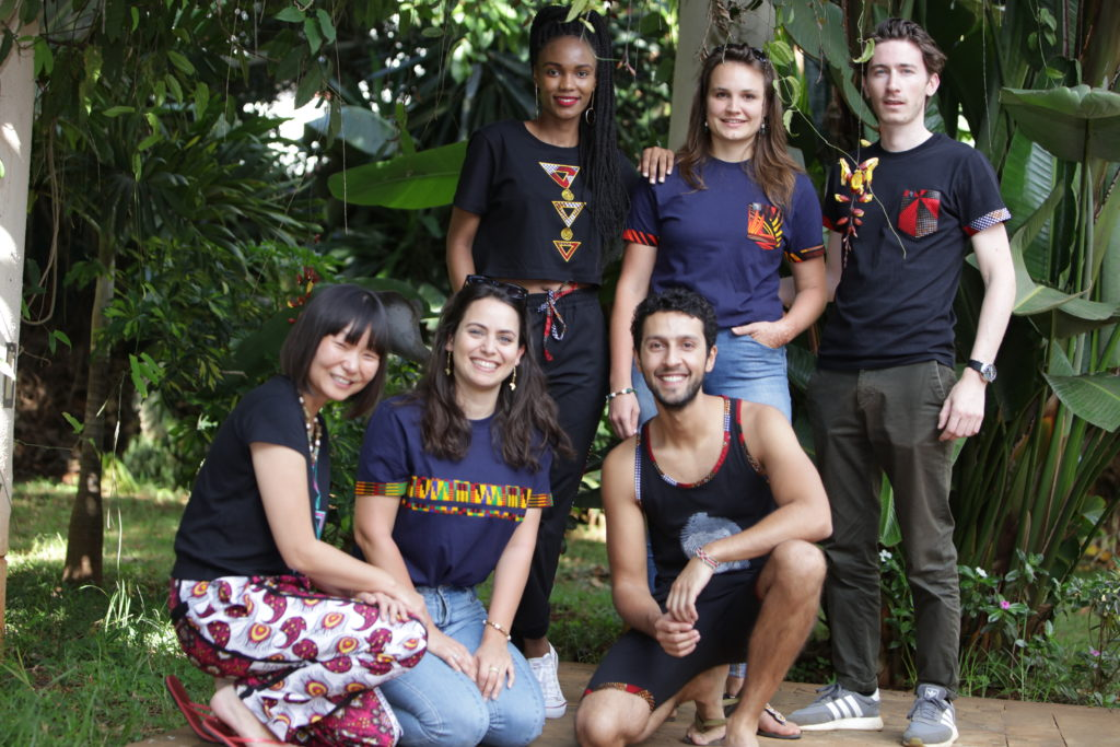 Eine Gruppe von Freunden trägt die Wakanda Kollektion von Africulture. T-Shirts, Tank Tops, Shorts, und Crop Tops