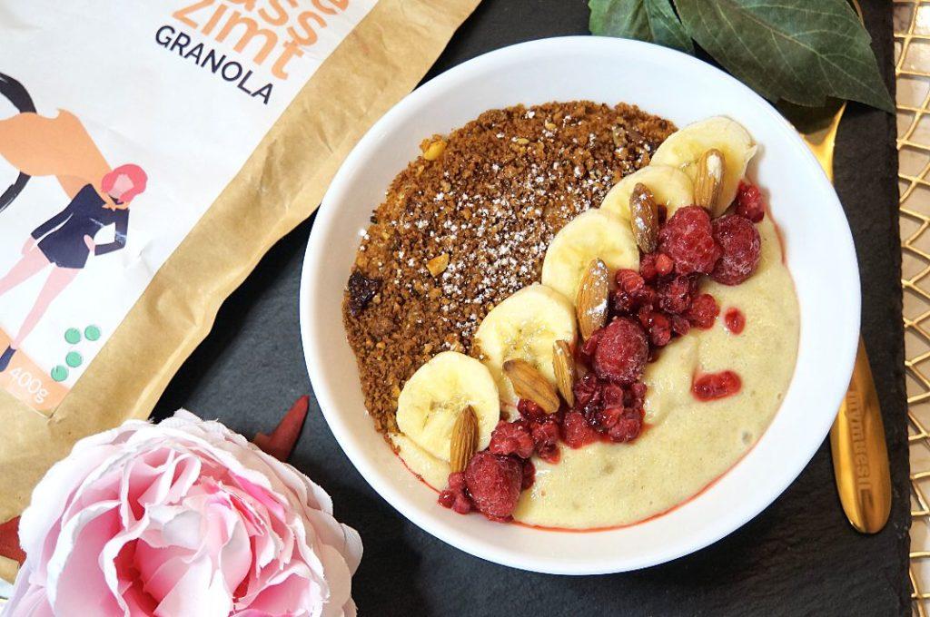 Bananen-Grießpudding mit Granola Topping