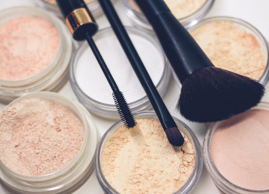 Kosmetikprodukte mit Pinsel (Foto: Raphael Lovaski)
